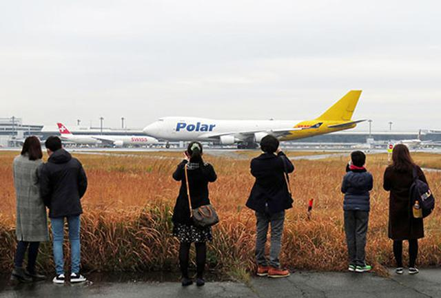 画像: A滑走路から写真を撮る参加者。轟音と共に離陸する機体には歓声が上がった(写真GPA提供)