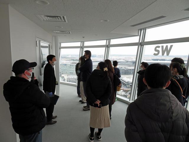 画像: 成田空港の新ランプタワーを研修室から見学する参加者(写真GPA提供)