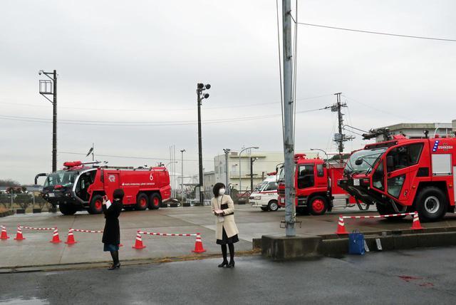 画像: 消防車が待機するA滑走路を間近に望む西分遣所を見学(写真GPA提供)