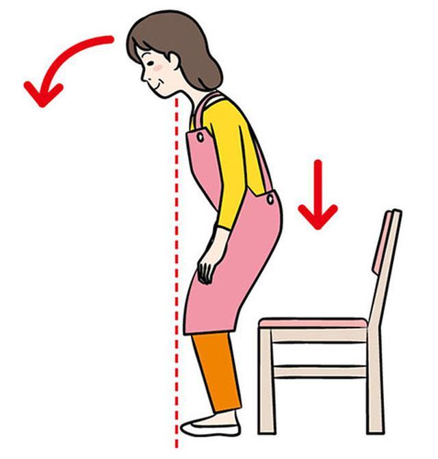 画像: ①前かがみになりながら ひざを曲げる