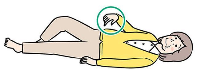 画像: ②右腕を上げる