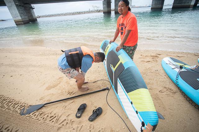 画像: 地上でのレクチャーは予想以上に短いです。ボードから落ちたときに体から離れないように、リーシュコードを装着して出発します。