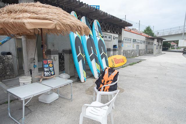 画像: 11月の日本とは思えないビーチリゾートぶりが、さすが沖縄という印象です。
