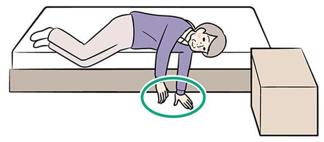 画像: ②寝返りを打ってベッドから下りる
