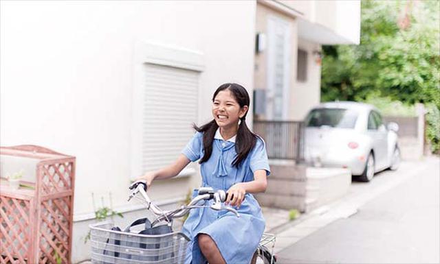 画像: 背景から生活圏が、制服から学校が特定されてしまうこともあるので注意したい(写真はイメージ)。