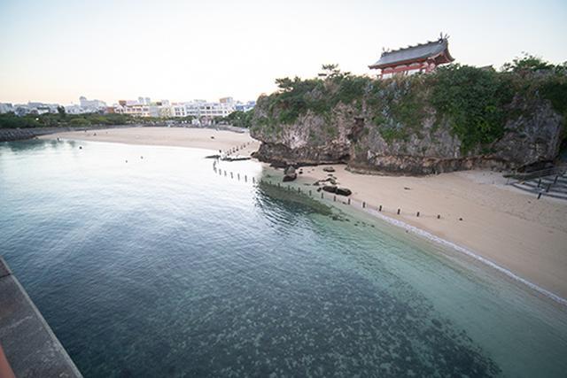 画像: 何も知らずに波の上ビーチに到着した筆者たちを迎えてくれたのは、風格のある神社でした。