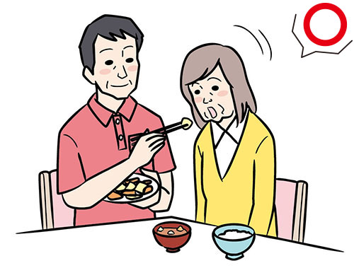 画像: 自分で食べているように 利き手側の下から運ぶ