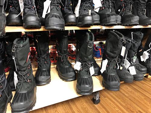 画像: 「ソレル グレイシャーXT」はもちろん、「ソレル ベアーXT」なども並んでいました。暖かいブーツ大集合といったところでしょうか。