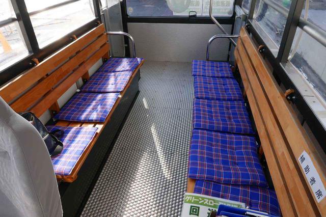画像: 車内には木製のシートが向かい合わせて取り付けられていた