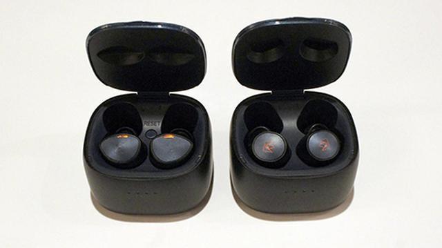 画像: フタを開けた状態。左のファルコン・プロの方はリセットボタンが新設されている。