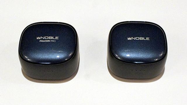 画像: 付属の充電ケース。左がファルコン・プロ。右がファルコン2。名称以外外観はまったく同じだ。