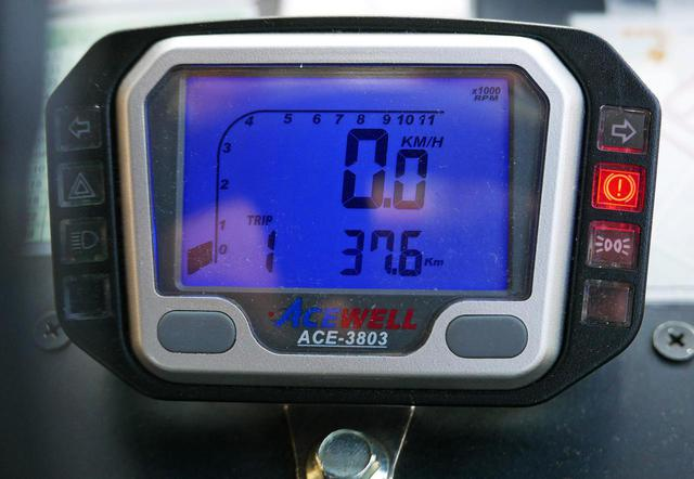 画像: 運転席の速度計。最高速度は時速19キロで走る