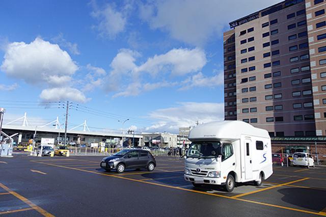 画像: 早い時間帯なので、函館金森赤レンガ倉庫付近の駐車場もかなり空いていました。キャンピングカーの運転に自信のない方も安心でしょう。