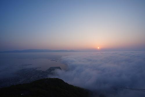 画像: 過去に撮影した函館山山頂の展望台からの朝日です。この日はたまたま雲海が広がり、幻想的な風景を楽しむことができました。