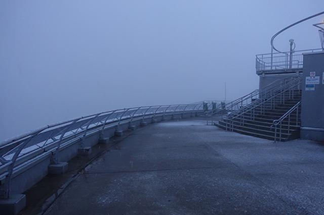 画像: 夜明け前に到着した函館山山頂の展望台。11月上旬の道南だというのに吹雪いてしまい、まったく視界がない状態です。