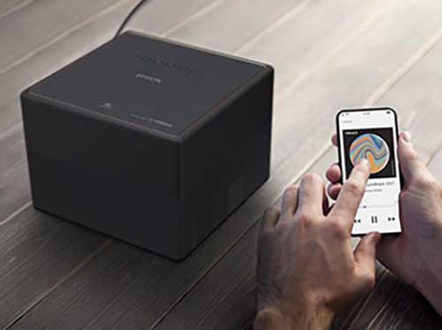 画像: Chromecast built-in機能により、スマホ画面を無線接続で簡単に投写することもできる。