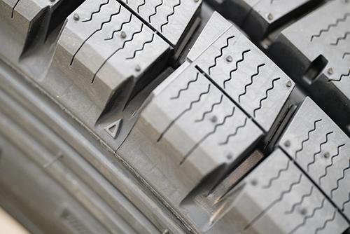 画像: 「▲」マークの延長線上にスリップサインがあります。ひとつのタイヤに何カ所かありますが、ひとつでもスリップサインが出たら即交換です。