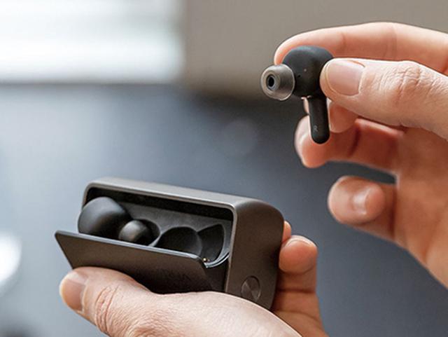 画像: 使いやすいデザインの充電ケースは持ちやすく、収納もしやすい。