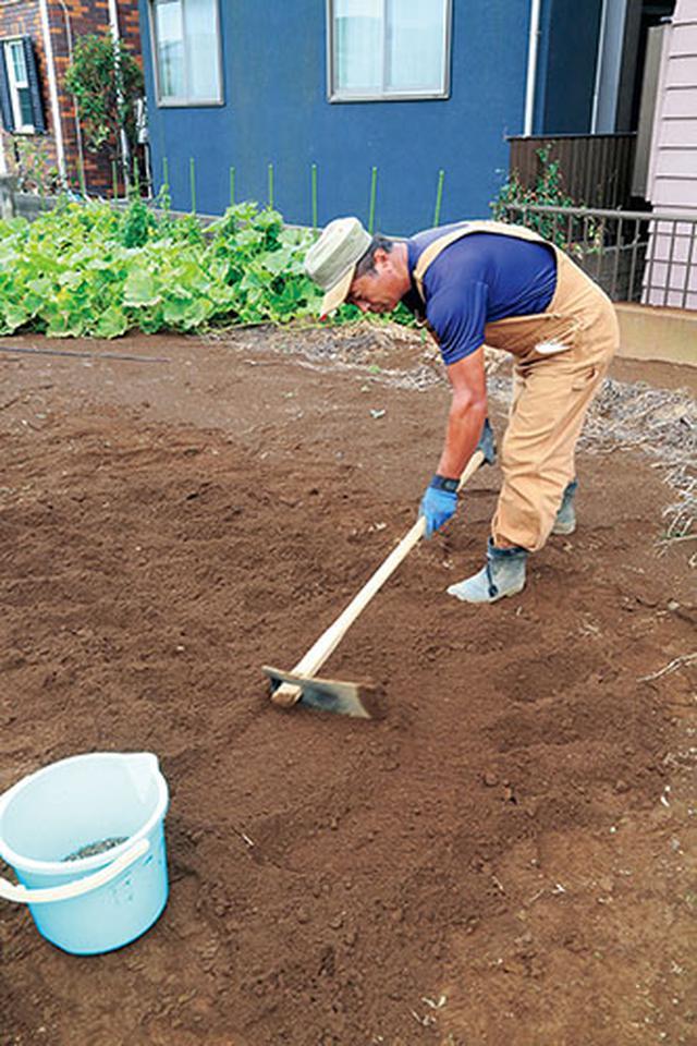 画像: 土をならす