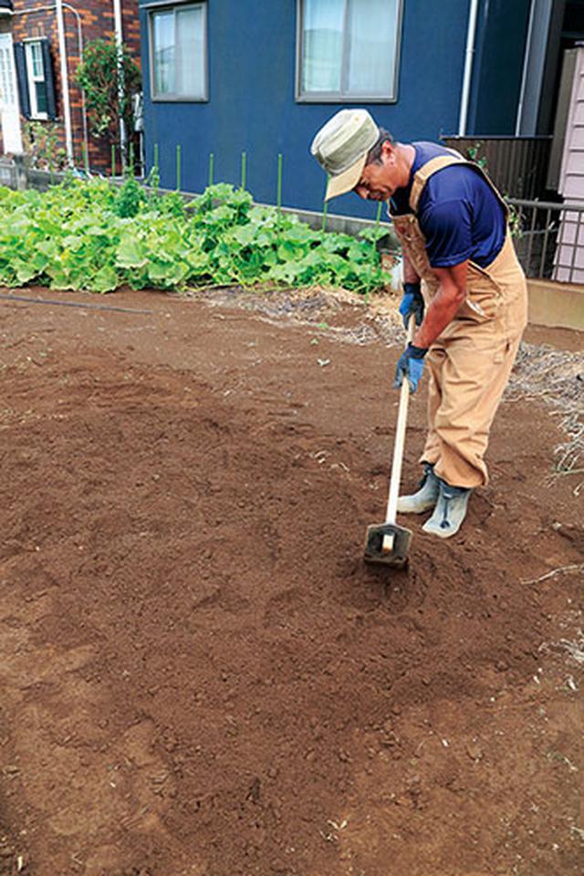 画像: タネまき、植えつけの2〜3週間前 ①土起こしをする