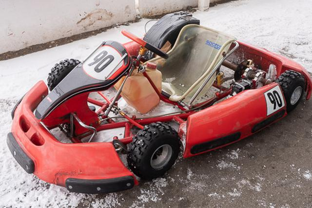 画像: 雪上走行仕様のレンタルカート。右足側がアクセル、左足側がブレーキでオートマチックです。シンプルな操作なので、だれでもチャレンジできます。