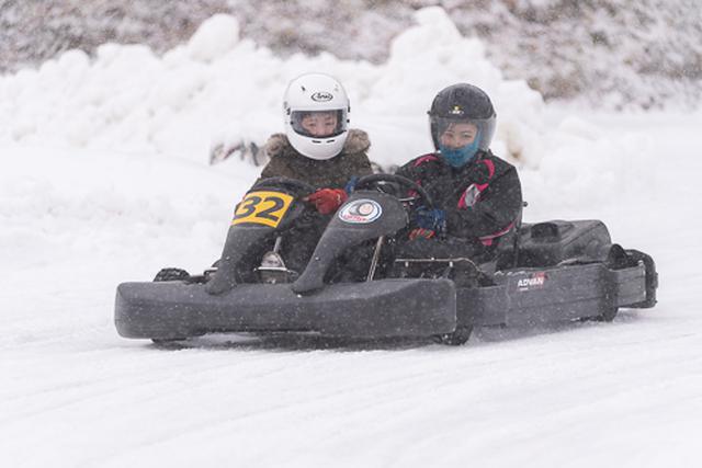 画像: 自分で運転しなくても雪上カートが体験できる「ふたり乗りカート」も人気だそうです。