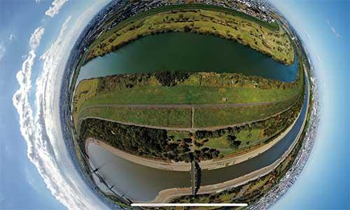 画像: 上空から、全円周で撮影した景色。パノラマ撮影機能など、動画だけでなく写真撮影の機能も充実している。
