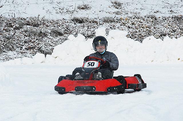 画像: 実際に雪上カートに乗る筆者。どう滑るのか、予測が付かないので、かなりおっかなびっくり運転しています。写真提供:新千歳モーターランド