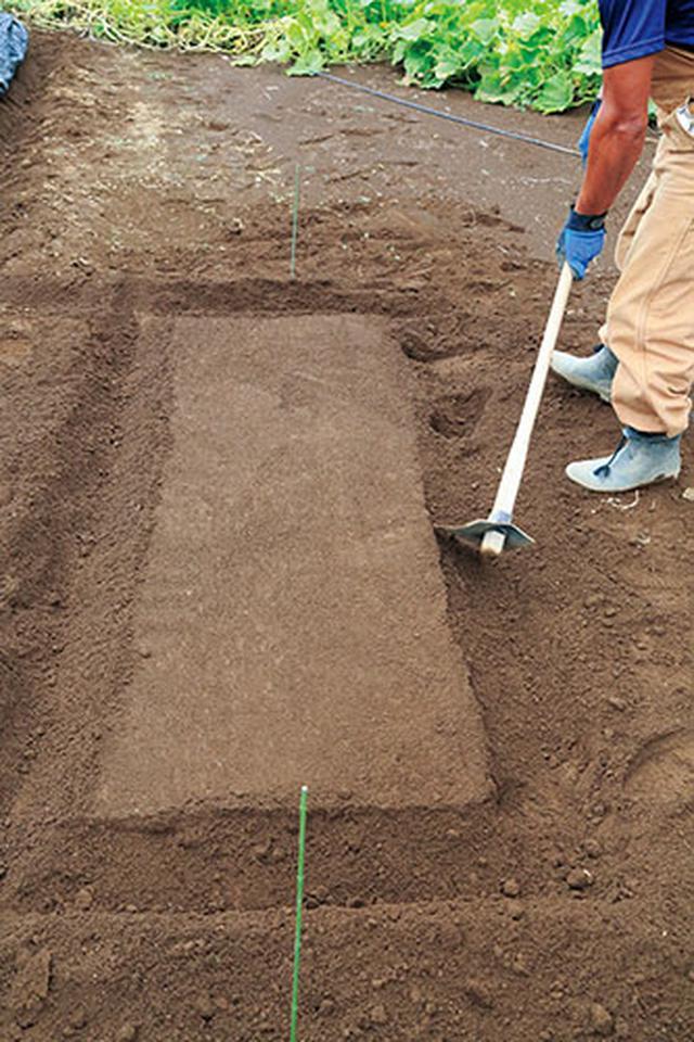 画像: 土を削る