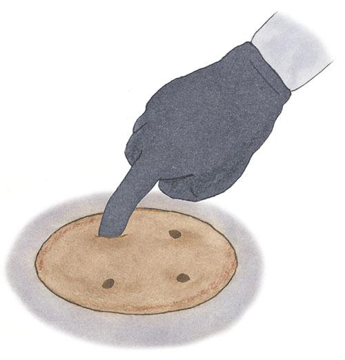 画像: マルチに穴をあけタネをまく