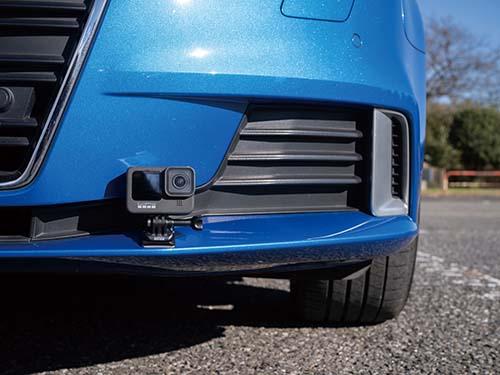 画像: セットに含まれる粘着ベースを使った車の前部への取り付け例。ほかにも多彩なアクセサリーが用意されているが魅力。