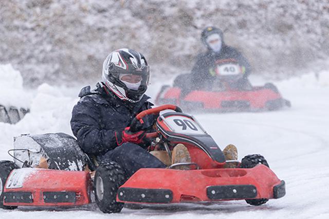 画像: 慣れてくれば、雪上コースとはいえ、レースのような抜き合いも可能。「雪上レンタルカート」のシーズン開始を待ちわびていたという人も多いようです。