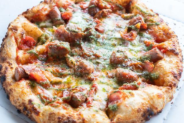画像: キャンピングカーに持ってきたもらったピザ。感染リスク的には、デリバリーやテイクアウトと変わらないでしょう。
