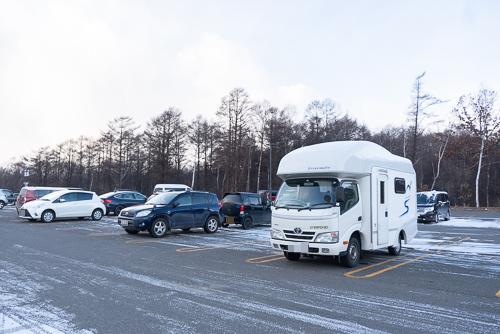 画像: 「レラ」の駐車場に止めたキャンピングカー。このなかで子どもをあやしながら、妻と交代でショッピングを楽しみました。