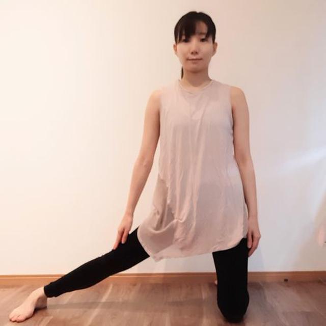 画像: 右足を横に伸ばす