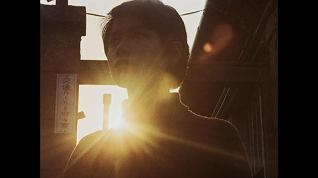 画像: 4K/HDRでは、太陽が白く飛ばずに光輪を持ち、そこから光軸が放たれ、フレアーが肩に掛かる。©円谷プロ