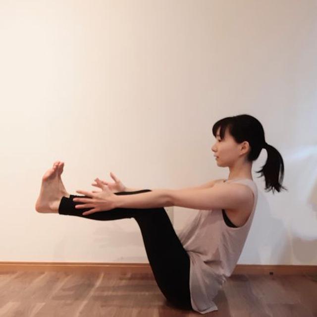 画像: 脚を床と並行になるまであげ、両手を伸ばす