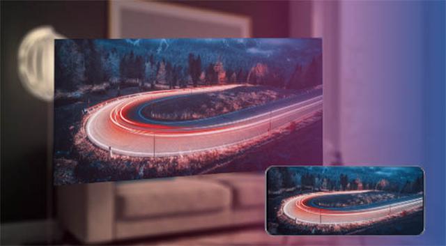 画像: ミラーリングモードでは、スマホの画面をそのまま100型の仮想スクリーンに投映。プライベートな大画面セカンドスクリーンとして、自宅でも外出先でも動画視聴などを楽しめる。