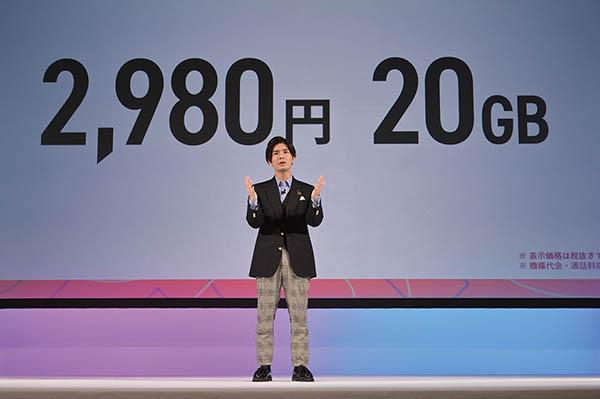 画像: 月額3278円で20Gバイトの高速データ通信に加え、1回5分までの国内通話かけ放題も付いてくる。20Gバイトのデータ容量は、世界82の国と地域でも利用可能。SIMカードのみの契約もできるほか、今後、ahamoに対応したスマホの販売も行うという。