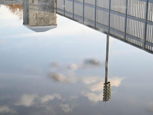 画像: 水たまりに映った空を地面すれすれのローアングルから撮影。スナップや風景などなら十分に高速かつ高精度なピント合わせが可能だ。