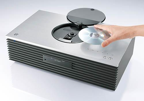 画像: 天面にはトップローディング方式のCDプレーヤーを搭載。再生中はLEDでディスクを照らし、回転するディスクの様子が見える。