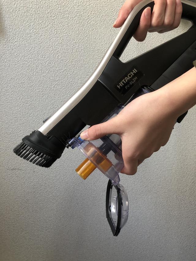 画像: 水色のボタンを押せばゴミがぽろっと捨てられる。本体からケースを外して捨ててもok