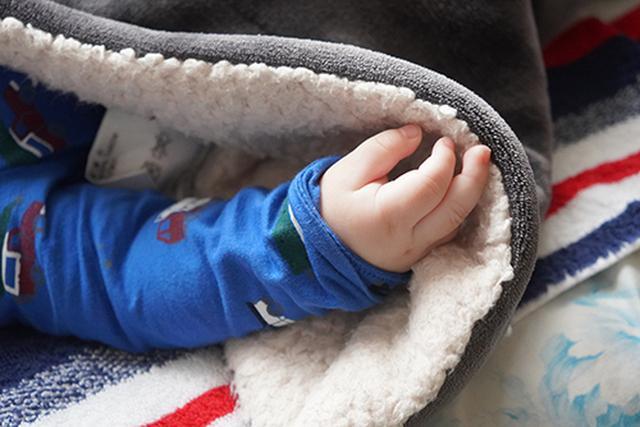 画像: こんな小さくて細い指は、冬のマイナス気温では、あっという間に冷え切ってしまいます。そのため過剰に防寒してしまうのです。