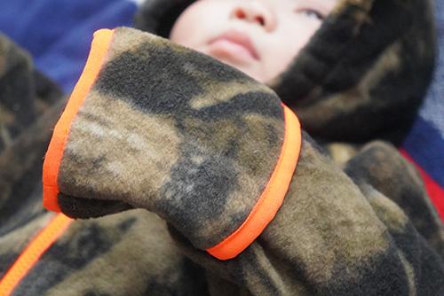 画像: 手は隠れていますが、袖口は筒状です。