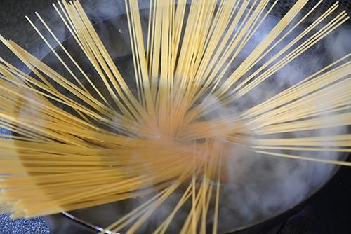 画像: 中華鍋なら吹きこぼれないので便利