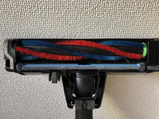 画像: 前面カバーと回転ブラシが至近距離に設置され、壁際により近づけるようになった