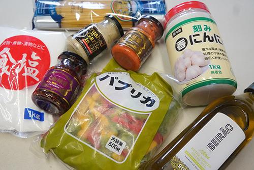 画像: 今回の調理に使った材料は、すべて業務スーパーで購入しました。当然ですが、オリーブオイルや塩などは買い置きがある場合、そちらで問題ありません。