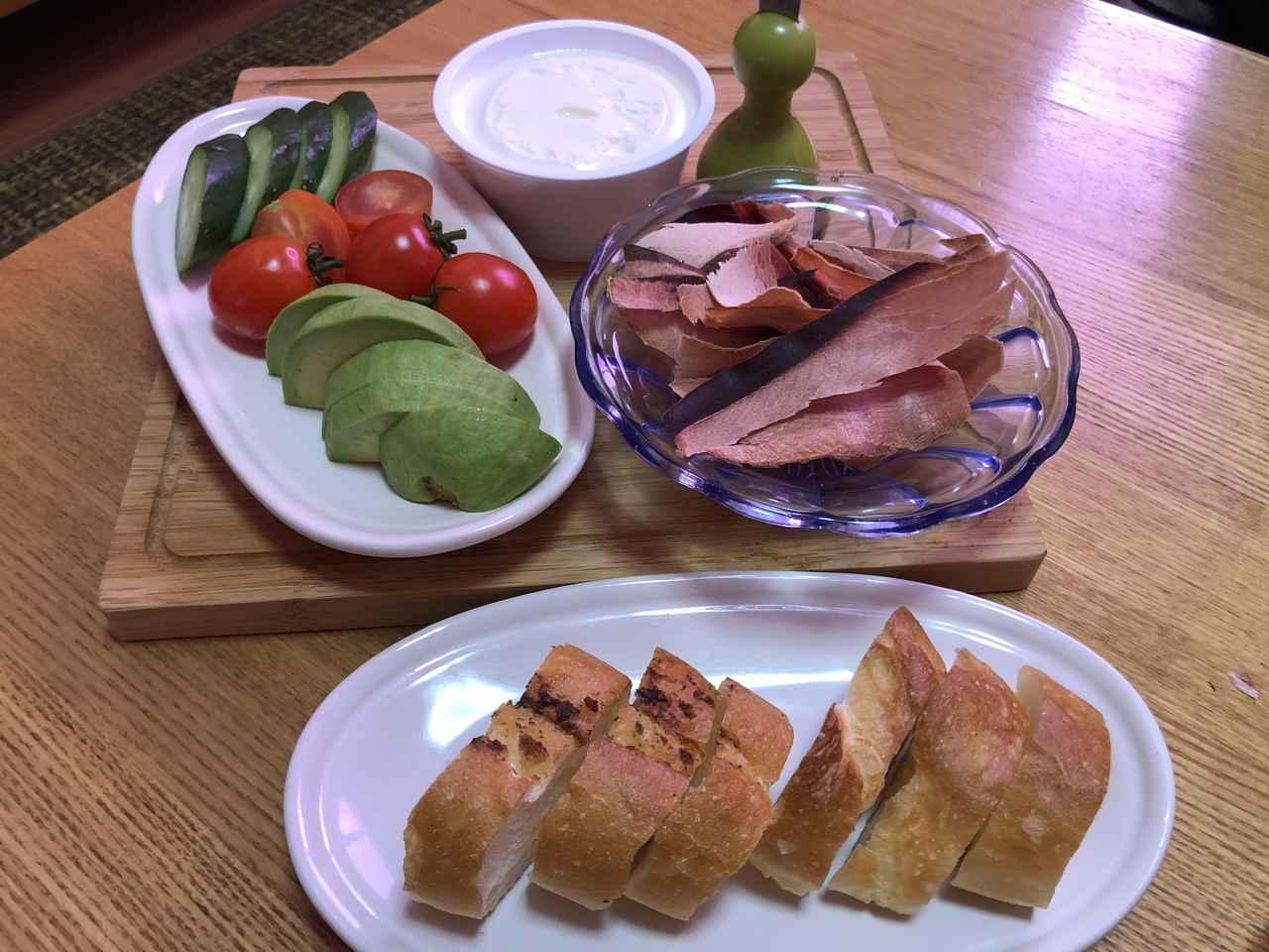 画像: 季節の野菜やチーズ、パン、果物など、生ハムに合いそうな食材をそろえて。