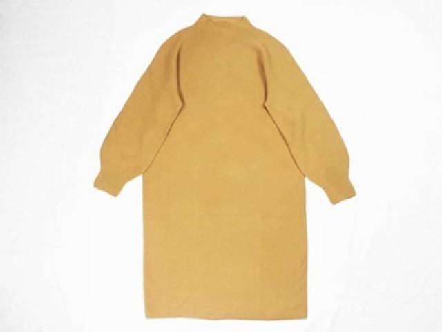 画像: 冬のニットは襟元とスカート丈が重要