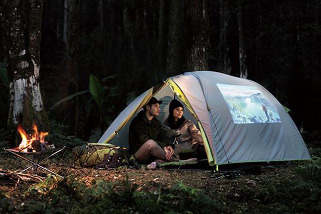 画像: サイズは104ミリ×190ミリ、重量775グラムで持ち運びも楽。スタンドいらずでキャンプなどでも活躍しそう。